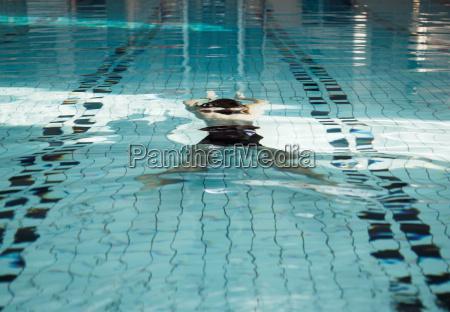 ältere, menschen, schwimmen, unter, wasser, im - 18245324