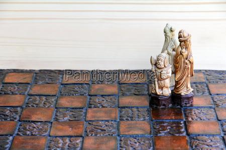 drei schachfiguren auf einem schachbrett gemeinsam