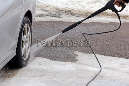 autowaesche im winter ein mann