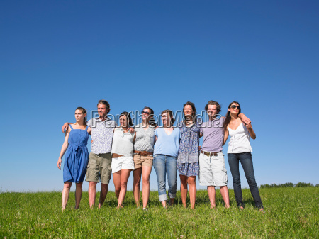 gruppe, junger, menschen, die, im, feld, spazieren - 18248738