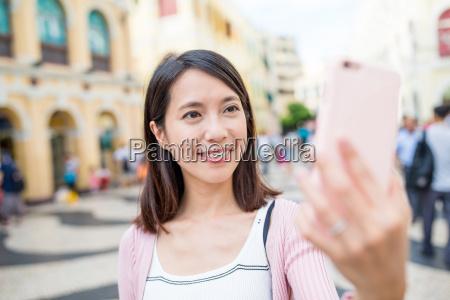 donna utilizzando il telefono cellulare per