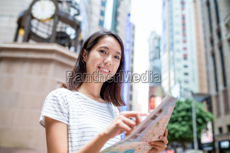 woman use of city map in
