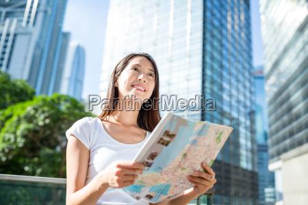 frau, blick, auf, stadtplan, in, hong - 18251420