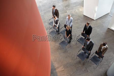 gruppe, von, geschäftsleuten, mit, stühlen - 18251334