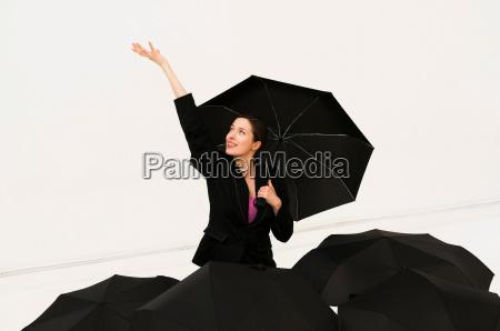 glueckliche frauen mit regenschirm fuer regen