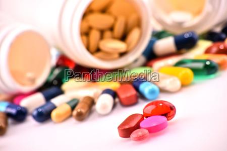 komposition mit verschiedenen drogen pillen und