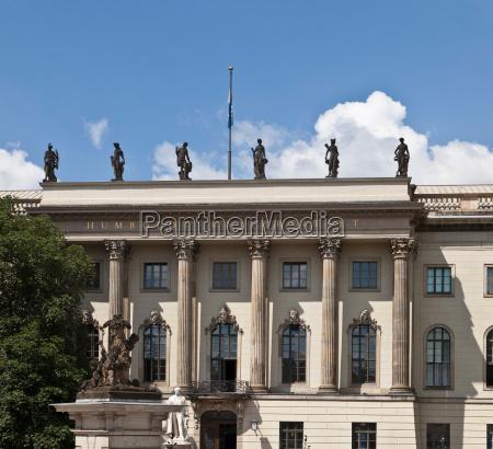 ornate universitaetsgebaeude mit statuen