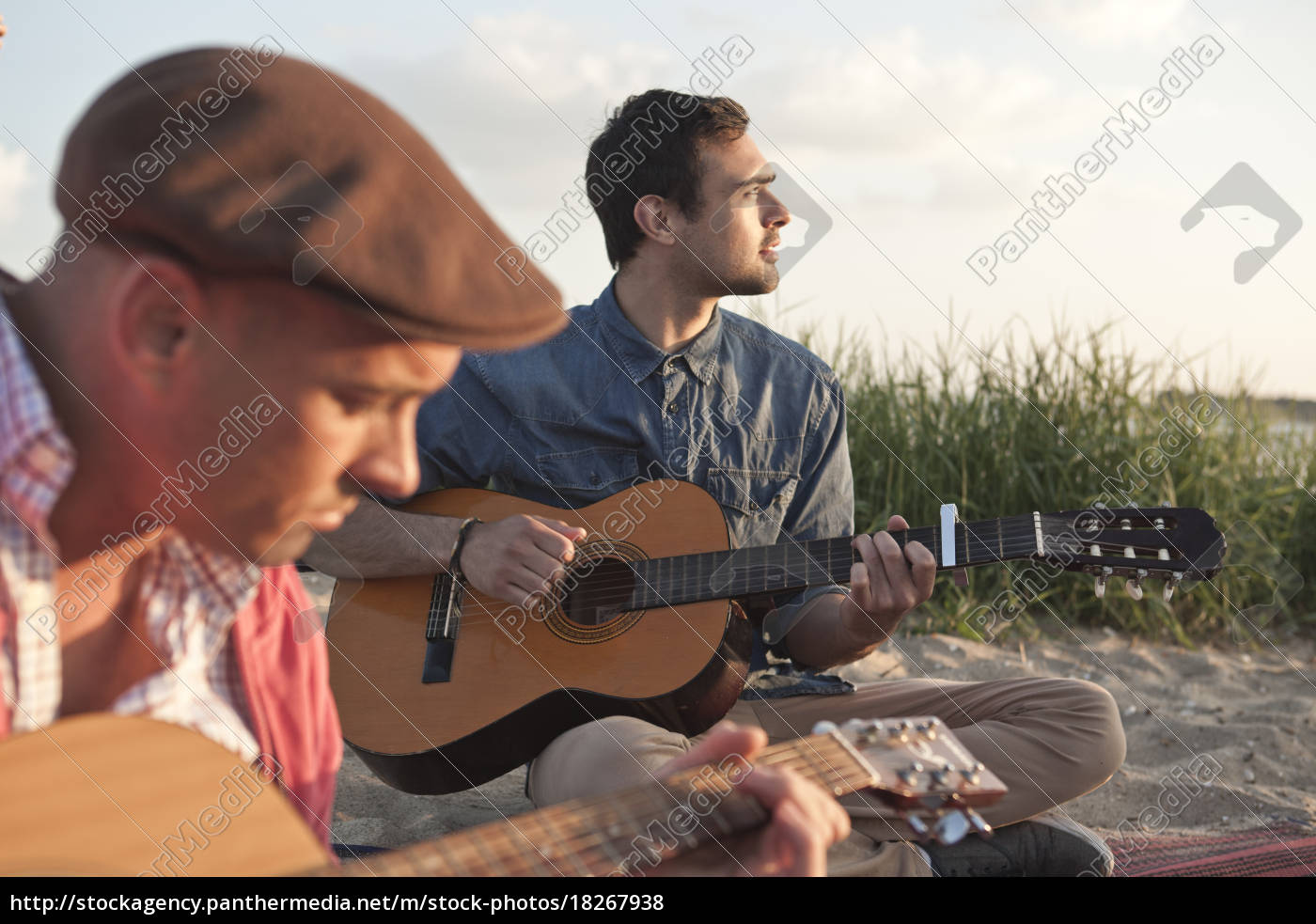 zwei, erwachsene, männliche, freunde, spielen, akustische - 18267938