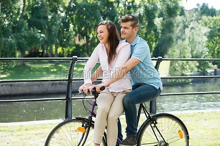 das glueckliche paar auf dem fahrrad