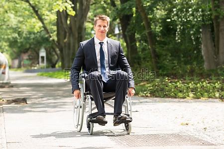 junger behinderter mann auf rollstuhl