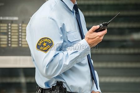security guard mit walkie talkie