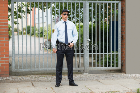 maennlich security guard steht am eingang