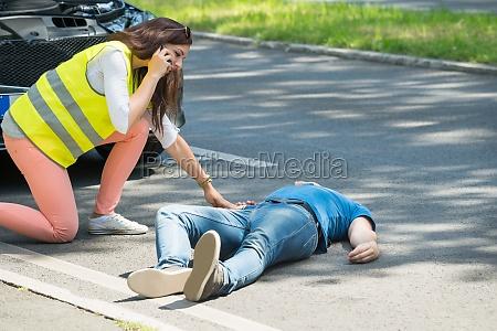 frau aufruf fuer notfall hilfe nach