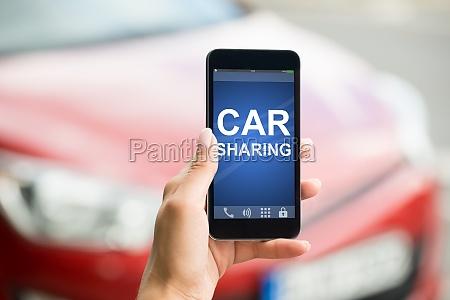 smartphone mit car sharing app on