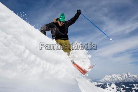 skifahrerspringen, eines, gesimses - 18270382