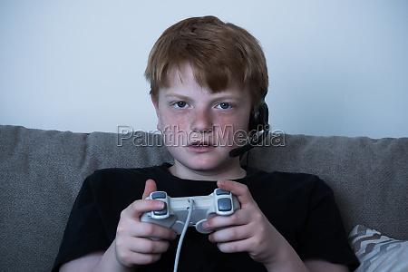 junge mit einem joystick der videogames