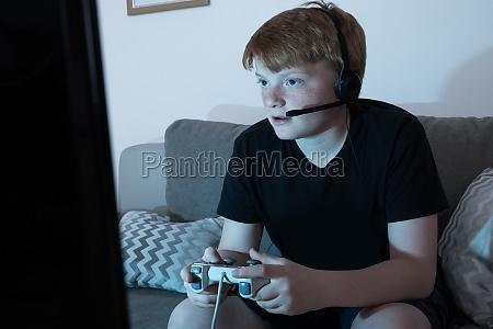 junge vertieft in videospiele spielen