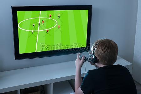 junge der fussball videospiel auf fernsehen