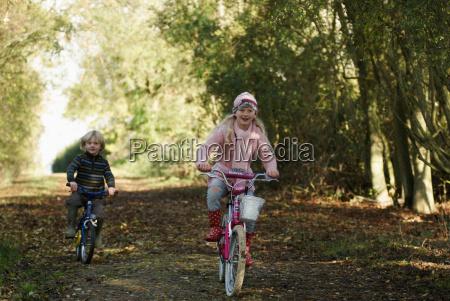junge, und, mädchen, fahren, fahrräder, in - 18272658