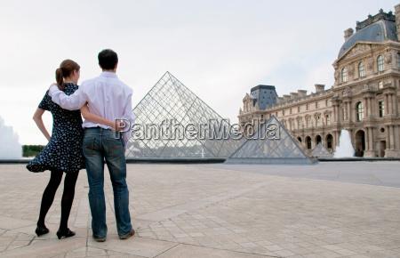 couple view the louvre paris