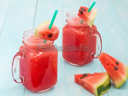 watermelon smothie und scheiben auf blauem