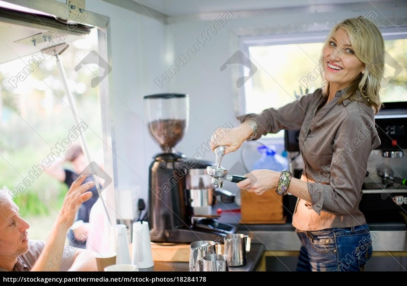frau, macht, kaffee, im, lebensmittelwagen - 18284178
