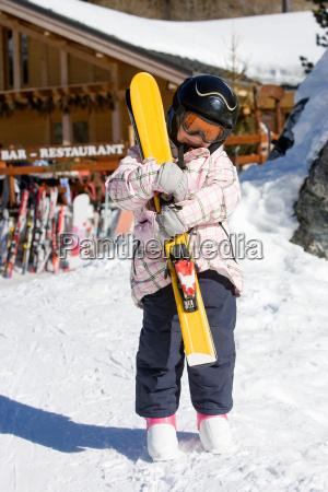 maedchen haelt skier