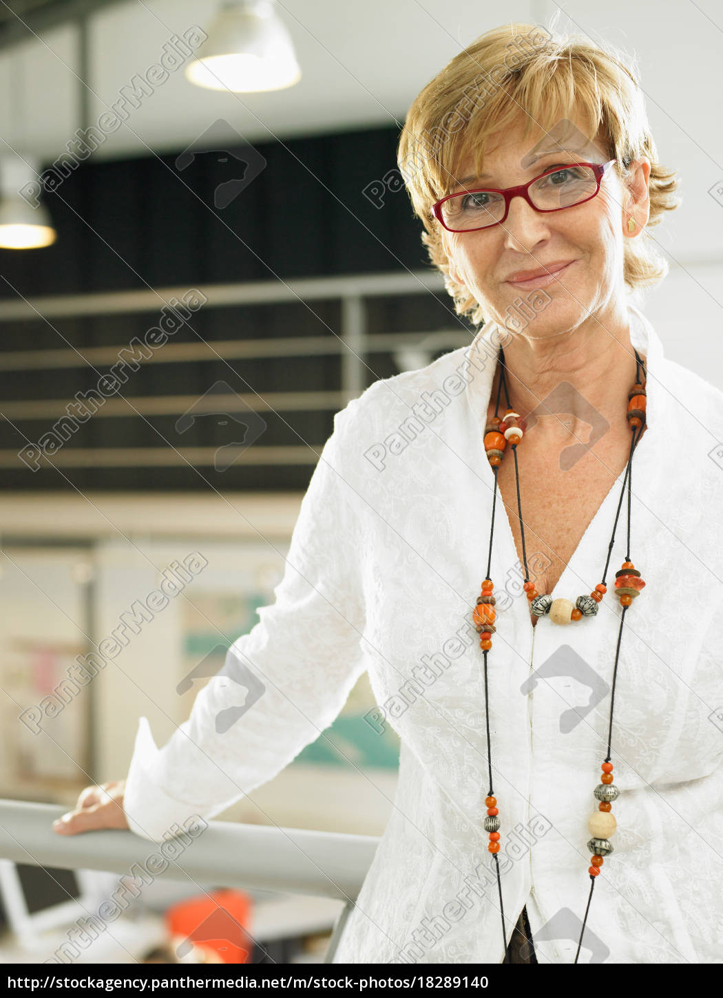 businesswoman, working, in, an, office - 18289140