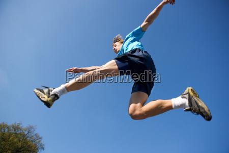 junger, mann, springt, in, sport-kit - 18291010