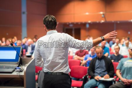 oeffentliche sprecher vortrag im beruf event