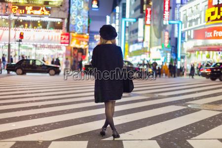 solitary frau in shinjuku tokyo japan