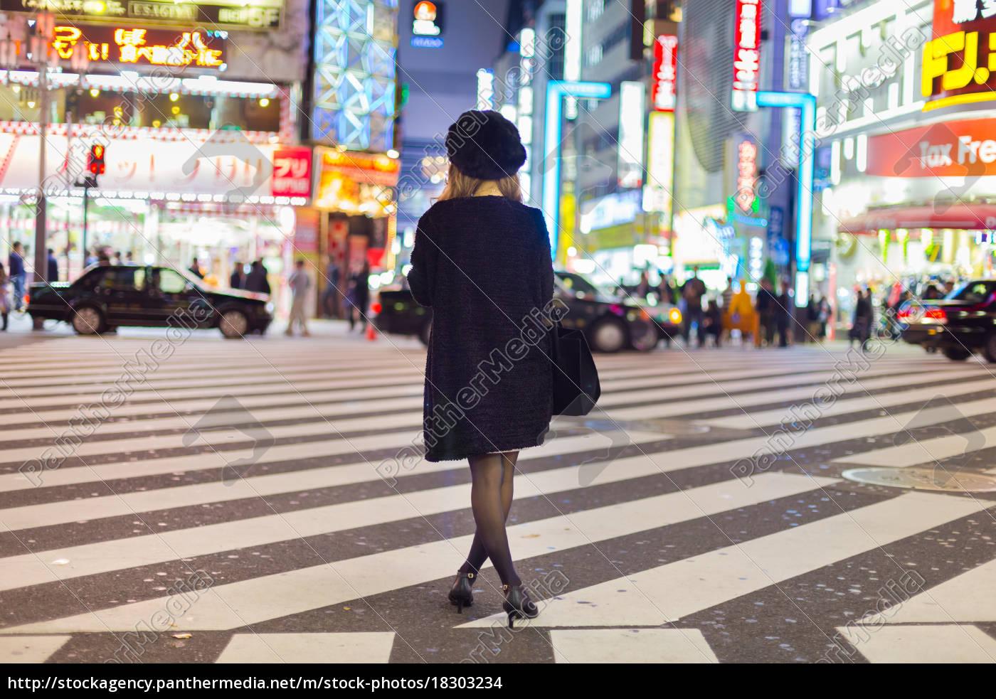 solitary, frau, in, shinjuku, tokyo, japan. - 18303234