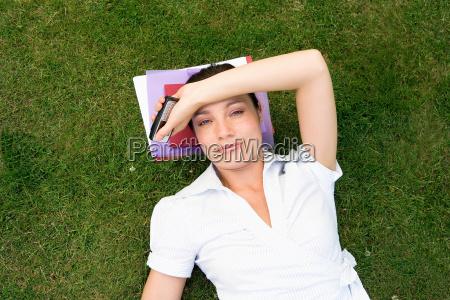 geschäftsfrau, im, gras, halten, mobil - 18304452
