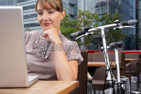 business, woman, using, laptop, outside - 18306814