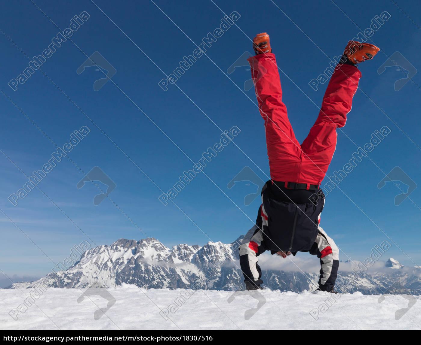mann, der, handstand, auf, dem, berg - 18307516