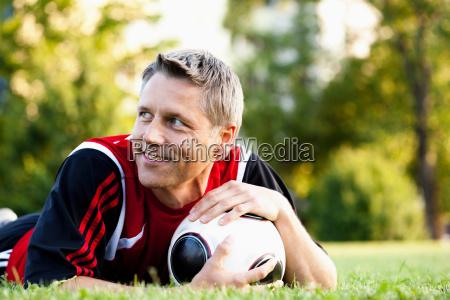 fussball spieler der ball haelt
