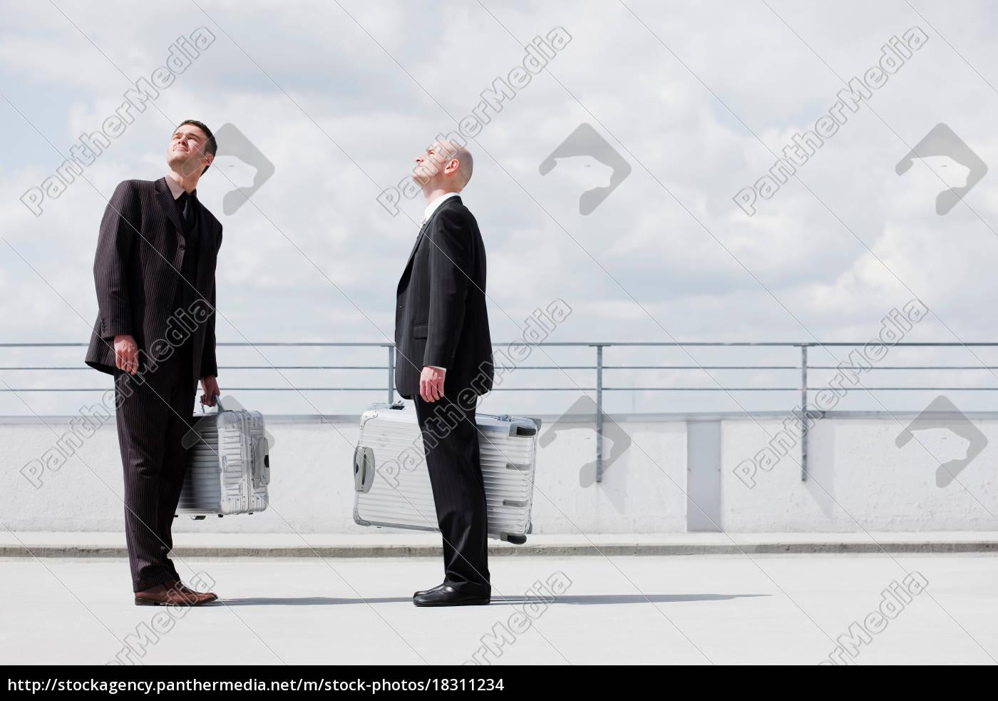 zwei, geschäftsleute, mit, koffern - 18311234