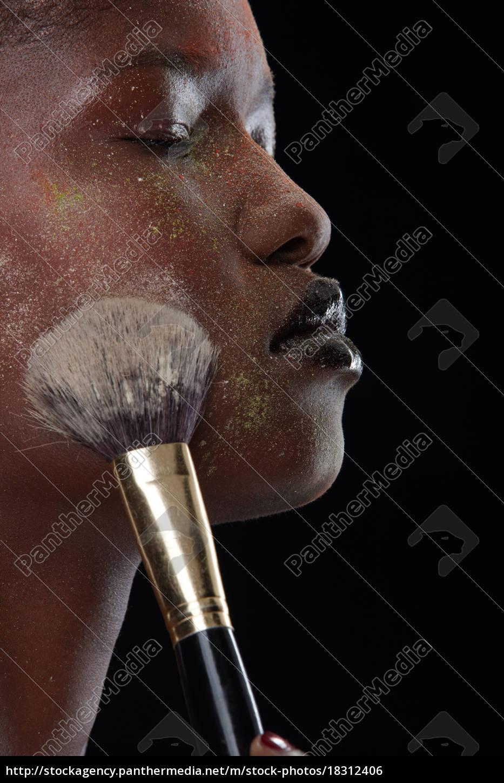 frau, bürsten, make-up, auf, ihrem, gesicht - 18312406