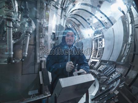 wissenschaftler arbeitet in einem fusionsreaktor