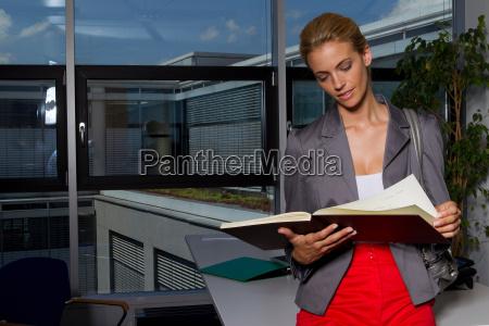 geschäftsfrau, liest, buch, im, büro - 18315262
