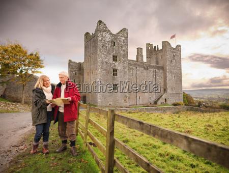 paar mit karte besuchen bolton castle