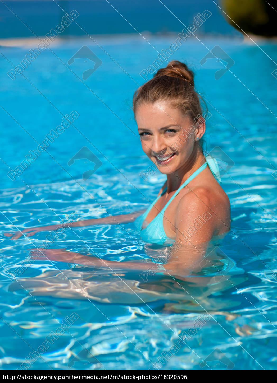 frau, schwimmen, im, pool - 18320596