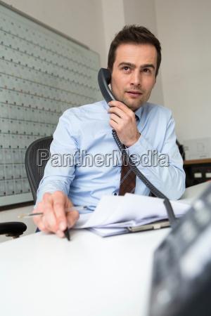 geschaeftsmann multitasking telefonanruf und verwaltung