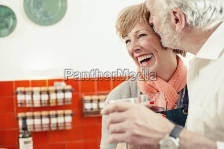 frau lachen lacht lachend belaecheln kichern