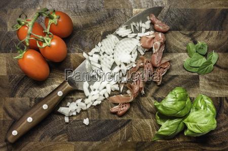 stillleben von gehackten zwiebeln und schinken