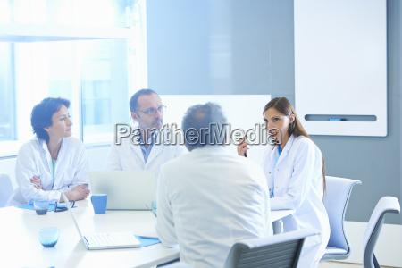 arzt mediziner medikus frau glas becher