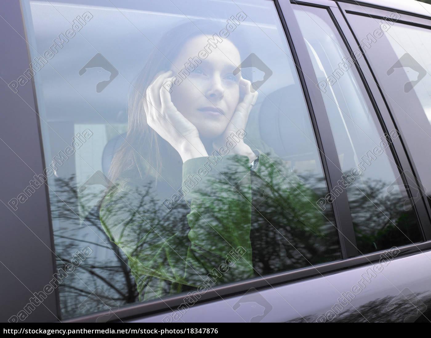 frau, schaut, durch, ihr, autofenster - 18347876