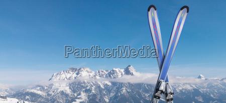 skier, im, schnee, auf, dem, berg - 18350654