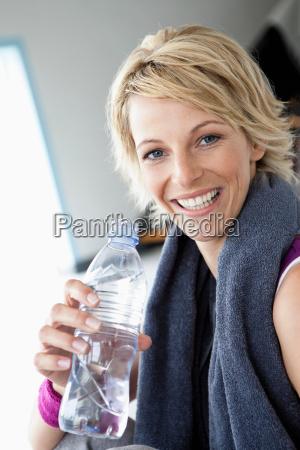 trinkwasser der frau nach dem sport