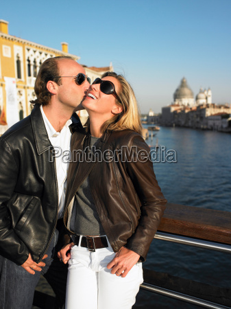 couple kissing in venice italy